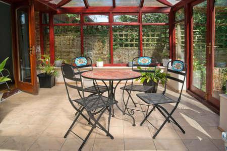 wintergarten: Konservatorium Tabellen St�hle Pflanzen Zimmer im Haus neben dem Garten Lizenzfreie Bilder