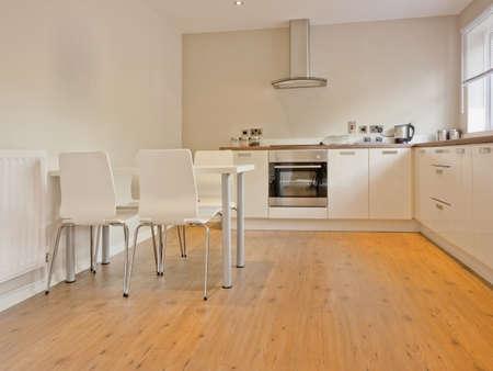 적층: 새로 복원 된 다시 집 작업 표면에서 컬러 이미지 부엌