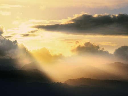 shafts: Nebel, Nebel und ein Sonnenuntergang �ber dem Snowdonia Bergkette im Snowdonia National Park, Gwynedd, North Wales. UK, GB