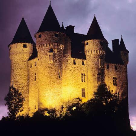 castillos: Castillo de Val Lemosín Auvernia Cantal correze macizo central de Francia