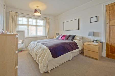 de un dormitorio en casa de diseño recién convertidos limpio y moderno