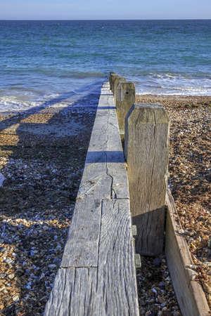 beach shingle: una spiaggia di ciottoli con pennelli, nei pressi di Littlehampton, West Sussex, Inghilterra, Regno Unito