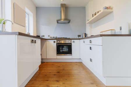 armoire cuisine: cuisine d'image couleur dans les surfaces de travail de maison reconstruite r�cemment restaur�s
