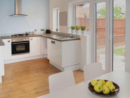 complemento: imagen en color en la cocina reci?n restaurada casa reconstruida superficies de trabajo