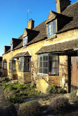 midlands: Old houses on the high street of Broadway village in the worcestershire cotswolds Midlands england UK Stock Photo