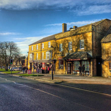 worcestershire: Old houses on the high street of Broadway village in the worcestershire cotswolds Midlands england UK Stock Photo