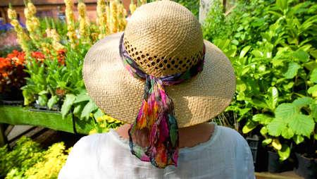chapeau paille: femme en chapeau de paille