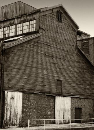 batiment industriel: B�timent industriel en bois noir et blanc trouve � Ravenne Ohio