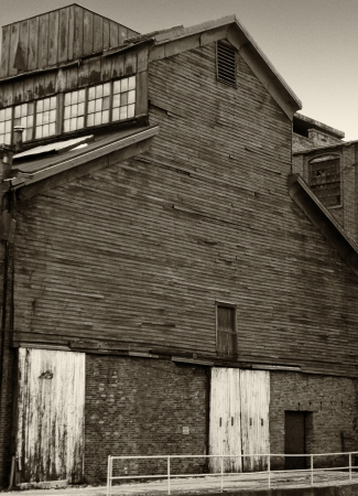 Zwart en wit houten industrieel gebouw gelegen in Ravenna Ohio