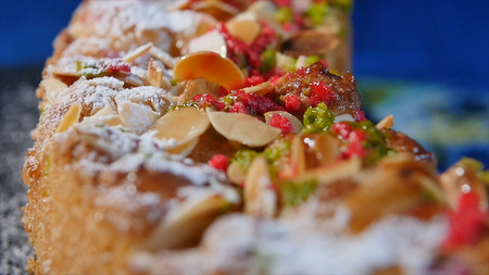 gateau: Walnut shavings on cake close up, macro. Delicious dessert cakes. Homemade pastries. Nut cake