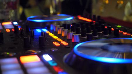 Sluit omhoog van DJ het spelen partijmuziek op moderne CD usb speler in discoclub - Nachtleven en vermaakconcept. DJ-draaitafelconsolemixer bedienen met twee hand in concert nachtclub podium Stockfoto - 92019380