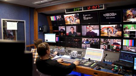 Russie, Moscou - 12 janvier 2017: directeur de télévision à l'éditeur en studio. Directeur de télévision parlant à un mélangeur de vision dans une galerie de diffusion télévisée. Processus de diffusion TV en direct. Éditoriale