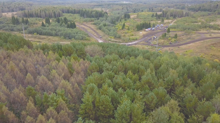 Top view of off-road racing with SUVs. Clip. View of finishing SUV racing in forest against crowds of fans. Standard-Bild