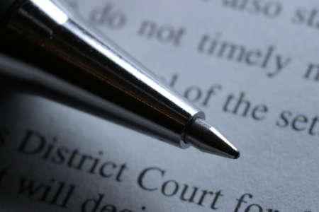 dagvaarding: Close-up van een fijne balpen en gerechtelijke document. Ondiepe scherptediepte. Stockfoto