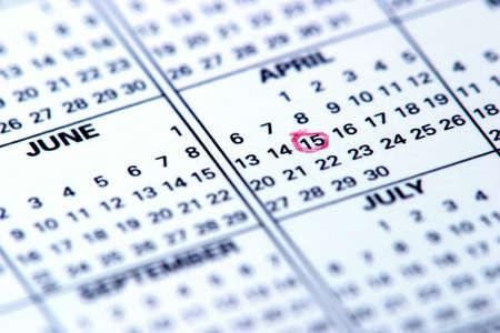 circled: Closeup de un calendario con la fecha 15 de Abril encerrado en un c�rculo en rojo.  Foto de archivo