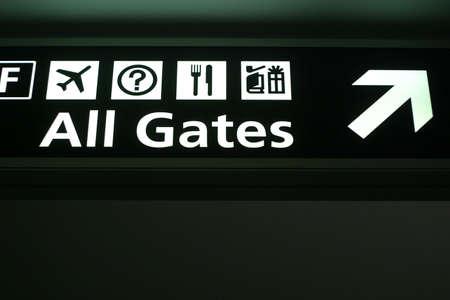 Richtings teken op een lucht haven wordt gelezen  Stockfoto
