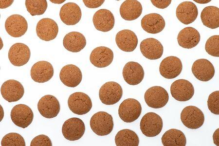 Peppernuts, Pepernoten, Pfeffern sse, typical Dutch Sinterklaas fest, isolated background Stockfoto - 133899246