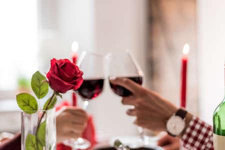 paar roosteren met wijn in een romantisch diner thuis Stockfoto