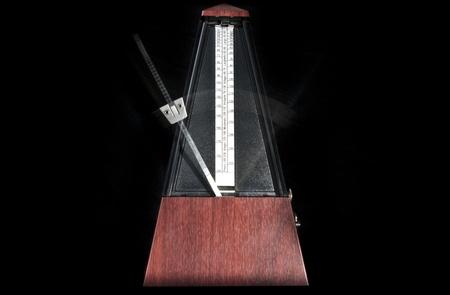 metronome: Metronomo di legno lavorando con sfondo nero Archivio Fotografico