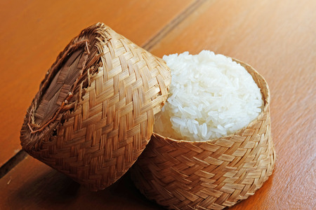 comida japonesa: Warm arroz pegajoso en el paquete de bamb� Foto de archivo