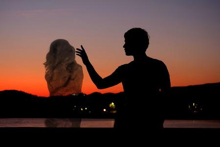 Het silhouet van de mens te wachten op zijn soulmate Stockfoto