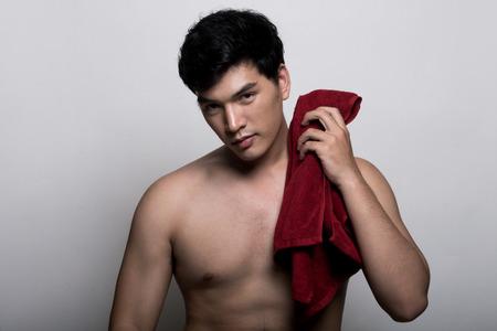 m�nner nackt: Asiatischer Mann mit Handtuch in der Hand Lizenzfreie Bilder