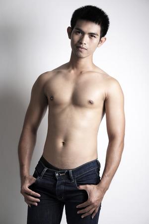 shirtless: Retrato de Asia modelo sin camisa masculina