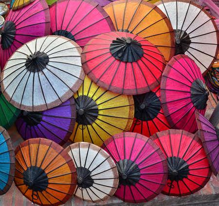 Myanmar: Parapluie de papier color� Banque d'images