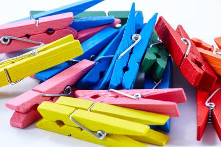 tweezers: grupo de colores Pinzas en el fondo blanco. Foto de archivo