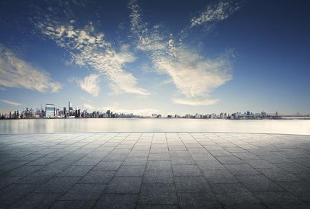 도시와 스카이 라인의 일출 하루에 빈 바닥 배경에서보기 스톡 콘텐츠