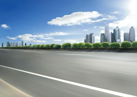 전경 운동 도로 장면과 도시의 스카이 라인