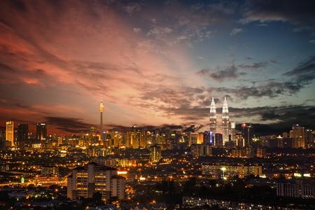 아름 다운 하늘과 쿠알라 룸푸르 도시의 스카이 라인 스톡 콘텐츠