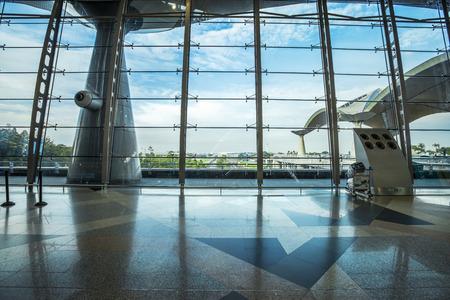 쿠알라 룸푸르 -2016 년 4 월 23 일 : 쿠알라 룸푸르, 말레이시아에서 공항 내부. 큰 창과 푸른 하늘이있는 공항 인테리어