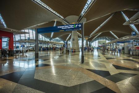 쿠알라 룸푸르 -2010 년 4 월 23 일 : 쿠알라 룸푸르, 말레이시아 공항 인테리어. 쿠알라 룸푸르 국제 공항 (KLIA)은 말레이시아의 주요 국제 공항이