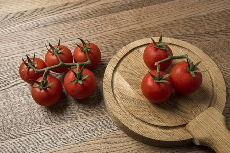 나무 라운드와 좋은 질감 배경에 제시하는 신선한 토마토