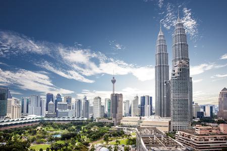 Bonita vista del horizonte de la ciudad de Kuala Lumpur con un bonito cielo azul