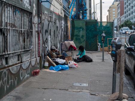 SAN FRANCISCO, CA - le 23 mars 2018 : les sans-abri se rassemblent dans les rues de San Francisco. Trouver un refuge pour les sans-abri est l'un des problèmes urgents de la ville.