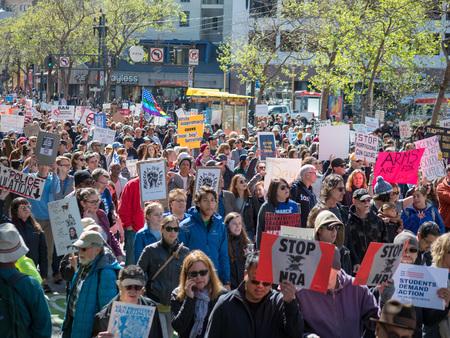 SAN FRANCISCO, CA - 24 de marzo de 2018: Marcha anti-armas y anti-NRA en el rally March for Our Lives en San Francisco. La manifestación fue una de las docenas en todo el país que fueron provocadas por los tiroteos en la escuela Stoneman Douglas.