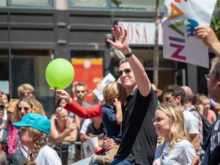 El ex alcalde de San Francisco, Gavin Newsom, saluda a la multitud en el Desfile del Orgullo Gay de San Francisco 2018