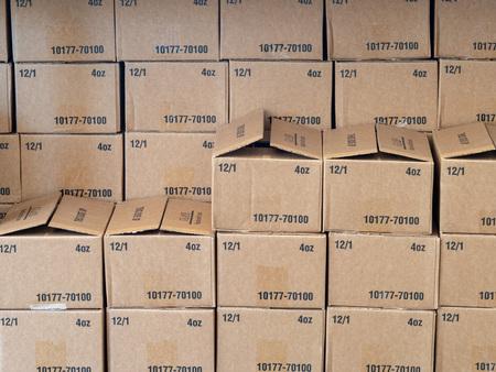 Des rangées et des piles de boîtes en carton assis à l'intérieur d'un entrepôt Banque d'images