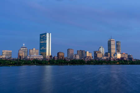 Dusk view of Boston Skyline by Chalres River in summer time 免版税图像