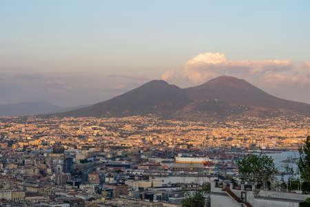 Vista del atardecer del volcán Mont Vesubio con la ciudad de Nápoles en primer plano