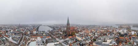 Panorama aereo vista lago della cattedrale di Schwerin dal lago amist nebbia pesante e foschia Archivio Fotografico