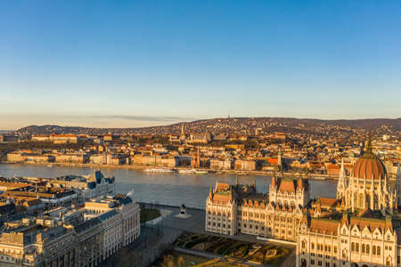 Aerial drone shot of Buda hill in Budapest sunrise morning glow Stockfoto - 151029292