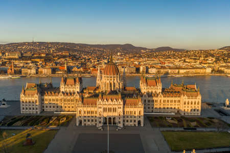 Aerial drone shot of east side facade of Hungarian Parliament Kossuth Square during Budapest sunrise Stockfoto - 151029330