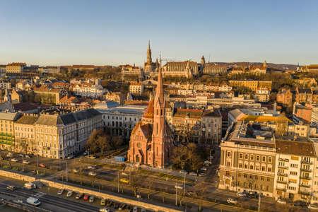 Aerial drone shot of Szilagy Dezso Square reformed church Matthias Church during Budapest sunrise Stockfoto - 151029336