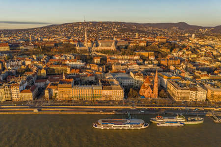 Aerial drone shot of Buda Hill quai by Danube river during Budapest sunrise morning glow Stockfoto - 151029381