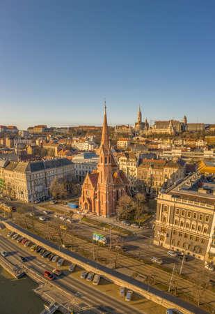 Aerial drone shot of Szilagy Dezso Square reformed church Matthias Church during Budapest sunrise Stockfoto - 151029448