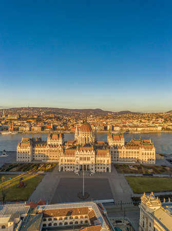 Aerial drone shot of east side facade of Hungarian Parliament Kossuth Square during Budapest sunrise Stockfoto - 151029451