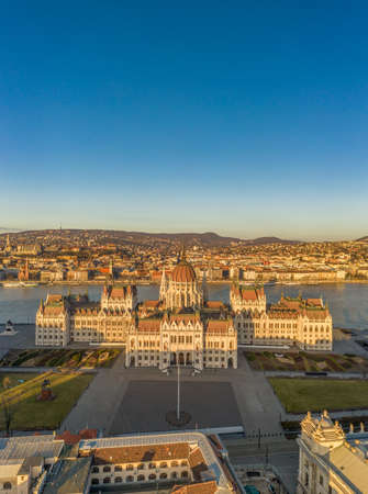 Aerial drone shot of east side facade of Hungarian Parliament Kossuth Square during Budapest sunrise Stockfoto - 151029510